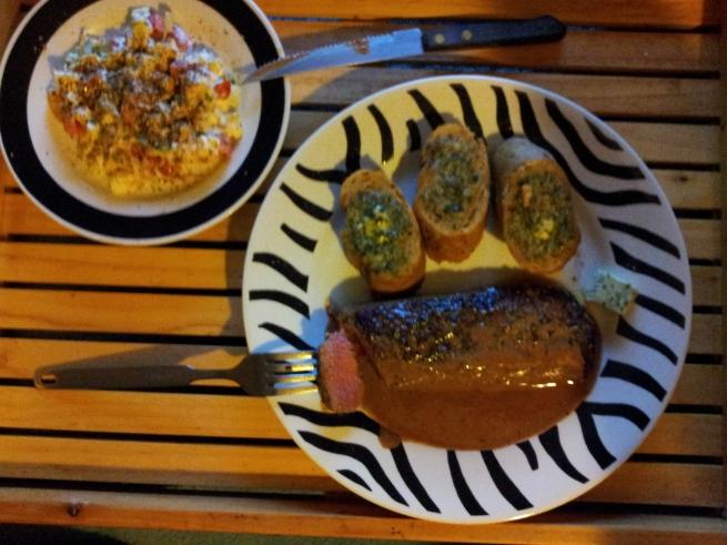 Lammlachs an Senfsahne,Kräuterbutter mit Zwiebelbaguette & Schichtsalat